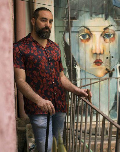 Alain Pérez, artista total. Pasó del flamenco a las raíces cubanas. Cantante y bajista, ha dado un giro radical a su carrera con Benny Moré como gran referencia.