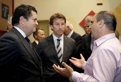 El presidente de Endesa, Borja Prado, y el presidente de la Xunta, Alberto Núñez Feijóo, (c) conversan con el cineasta José Antonio Vallejo durante la presentación del documental.