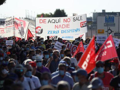 Trabajadores de Airbus, durante la marcha de protesta desde la fábrica al Ayuntamiento de Getafe, este jueves.