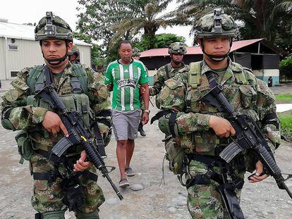 Soldados colombianos escoltan el martes en Tumaco al lugarteniente de Whalter Patricio Arizala, 'Guacho', un antiguo guerrillero de las FARC que ahora lidera un grupo de disidentes en la frontera entre Colombia y Ecuador y es buscado en ambos países.