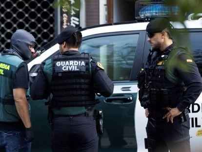 Agentes de la Guardia Civil, durante un registro de la Operación Judas.