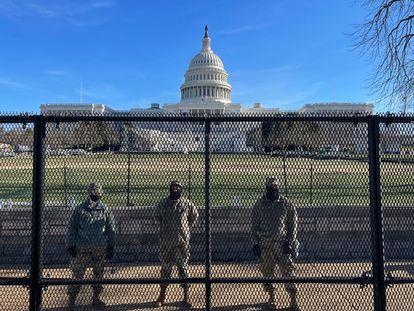 Miembros de la Guardia Nacional, detrás de las rejas levantadas en los alrededores del Capitolio tras el asalto del 6 de enero.