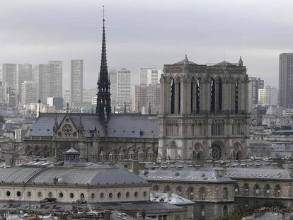 Foto de la catedral tomada desde la iglesia de Saint-Eustache. En el centro de la imagen, la aguja y la techumbre destruidas en el incendio de este lunes.
