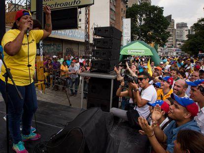 Yuraima Rondon habla en el acto de recolección de firmas para revocar el mandato de Nicolás Maduro.