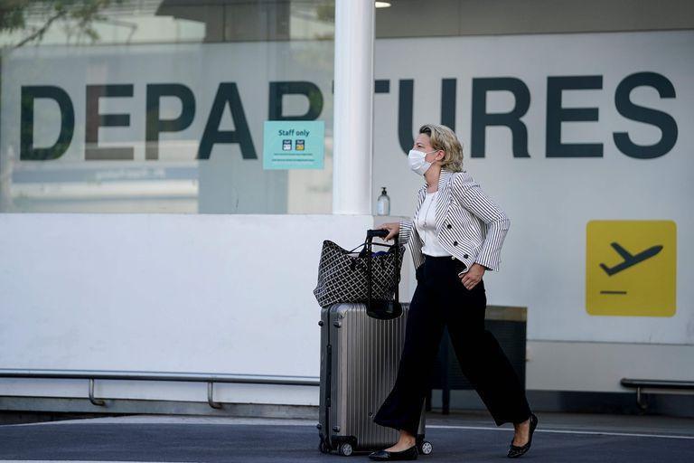 Una pasajera en el aeropuerto de Bruselas, el pasado día 15.