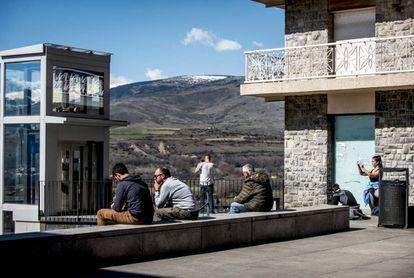 Visitantes y vecinos ayer sábado en Puigcerdà, capital de la Cerdanya.