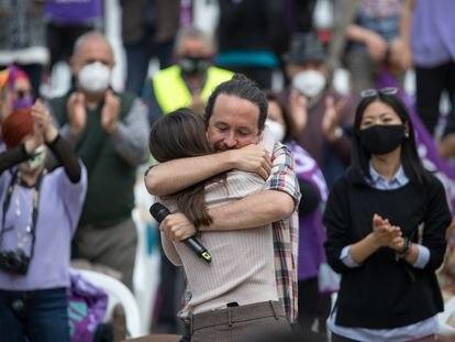 El exlíder de Unidas Podemos, Pablo Iglesias, abraza a Irene Montero en un acto de campaña de las últimas elecciones madrileñas del 4-M.