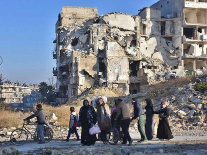 Residentes en Alepo oriental, este martes