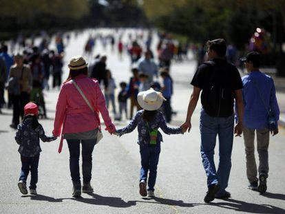 Una familia pasea por el Parque del Retiro (Madrid), en una imagen de archivo.