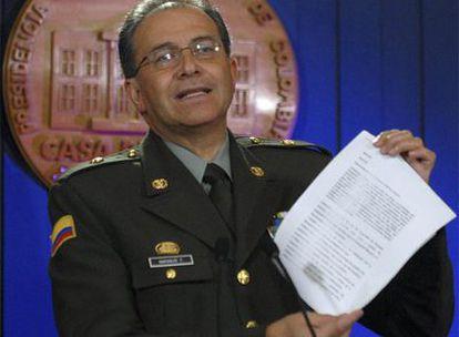 El director de la policía colombiana, Oscar Naranjo, muestra uno de los documentos incautados.
