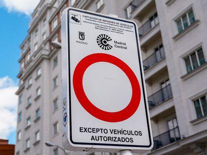 Una señal indicativa de Madrid Central en una vía de la capital, a 11 de mayo de 2021, en Madrid (España).