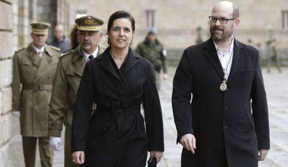 La presidenta del Parlamento de Galicia, Pilar Rojo, con el alcalde compostelano, Martiño Noriega, en los actos previos a la misa en la Catedral.