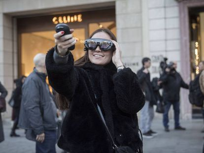 Las gafas Magic Leap permiten a los usuarios interactuar con contenidos virtuales en medio del paseo de Gràcia.