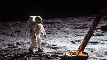 Buzz Aldrin camina sobre la superficie de la luna.