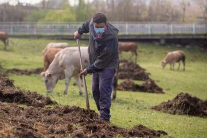 Un agricultor en Lugo, Galicia (España), el 24 de marzo de 2021.
