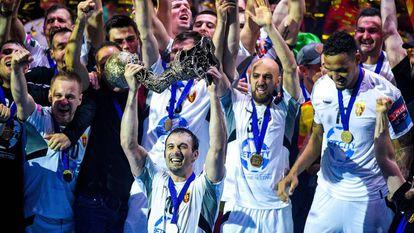 Los jugadores del Vardar levantan el trofeo de campeón de la Champions.