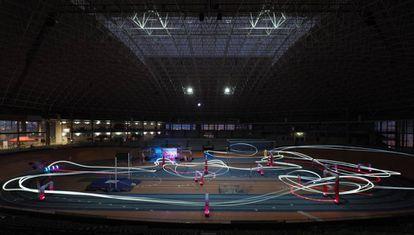 Carreras de drones en un polideportivo cerrado.