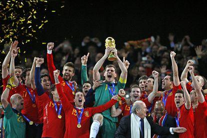 Iker Casillas estalla de alegría tras levantar la Copa del Mundo que le acaba de entregar Sepp Blatter, presidente de la FIFA, en el estadio Soccer City de Johanesburgo.