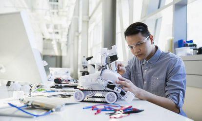 Ingeniero construyendo un robot.