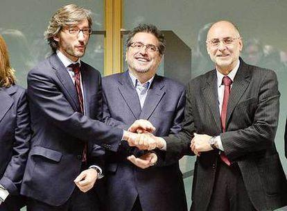 De izquierda a derecha, Oyarzábal (PP), Eguiguren (PSE) y Ares (PSE), tras su reunión de ayer.
