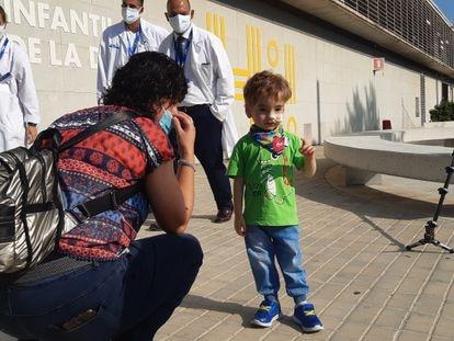 Lleïr, junto a su madre, en el hospital Vall d'Hebron de Barcelona.