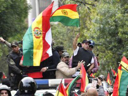 Los comités cívicos, grupos vecinales que encabezaron las protestas contra Morales, prosperan en un clima de exaltación religiosa. Su líder es el ultracatólico Luis Fernando Camacho