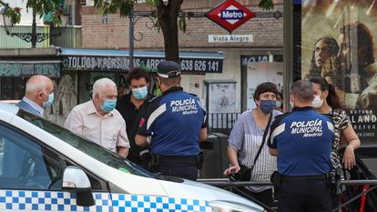 Control policial en el barrio de Vista Alegre, en el distrito madrileño de Carabanchel, una de las zonas confinadas por la segunda ola de la pandemia.