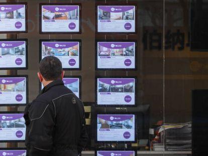 Un hombre mira los anuncios de pisos en una inmobiliaria en Madrid.