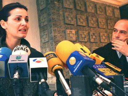 Nevenka Fernández en 2001 durante la rueda de prensa en la que denunció que Ismael Álvarez Rodríguez, entonces alcalde de Ponferrada y compañero de partido (PP) de Fernández, la acosaba sexualmente.