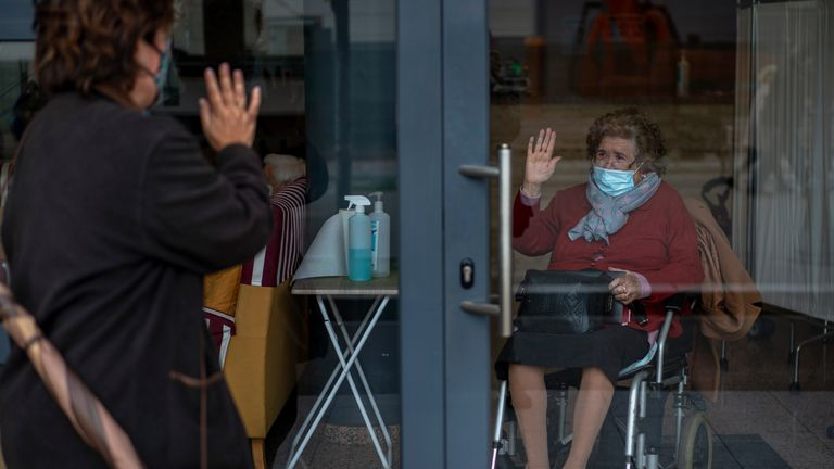 Una mujer se despide de su madre, tras visitarla en una residencia de mayores de Barcelona.