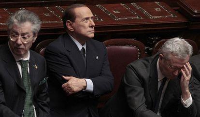 De izquierda a derecha, Umberto Bossi, Silvio Berlusconi y el ministro de Finanzas, Giulio Tremonti, ayer en la sesión del Parlamento.