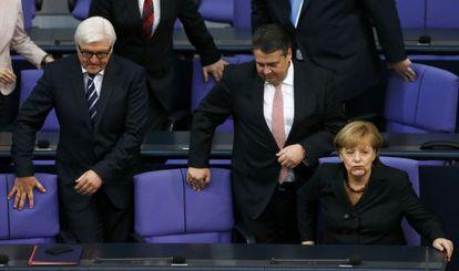 Angela Merkel en el Bundestag con los titulares de Exteriores, Frank-Walter Steinmeier (izquierda), y Economía, Sigmar Gabriel.