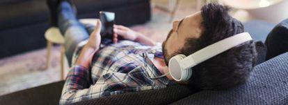 La música en dispositivos móviles es cada vez más popular entre los jóvenes.