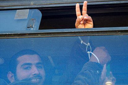 Un preso palestino hace el signo de la victoria al cruzar a la franja de Gaza.