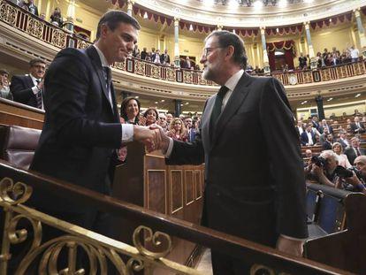 Rajoy y Pedro Sánchez se dan la mano en el Congreso.