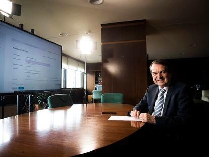 El Presidente de la FEMP, Abel Caballero, en su despacho en el Ayuntamiento de Vigo.