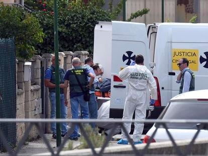 Agentes de la Guardia Civil investigan el pasado julio en Villagonzalo Pedernales (Burgos) el asesinato de una mujer a manos de su marido, que se suicidó después.