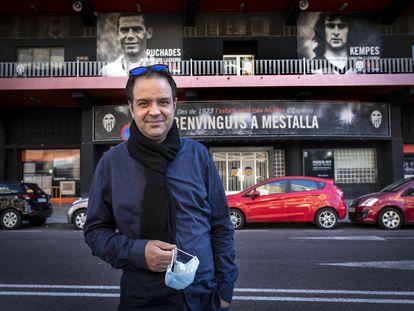El periodista Kike Mateu, frente al estadio del Mestalla.