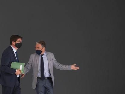 El vicepresidente andaluz, Juan Marín (izquierda), y el consejero de la Presidencia, Elías Bendodo, este martes en la presidencia de la Junta.