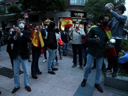 Proresta contra el Gobierno en el barrio de Salamanca en Madrid, este jueves.