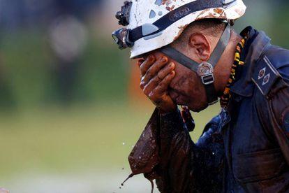 Un hombre trabaja en el rescate de víctimas en Brumadinho.
