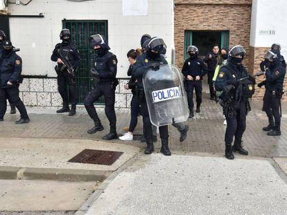 Agentes de la Policía Nacional, en una operación policial en Algeciras.