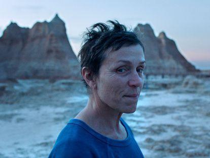 Frances McDormand, en una escena de 'Nomadland'. En el vídeo, el tráiler.
