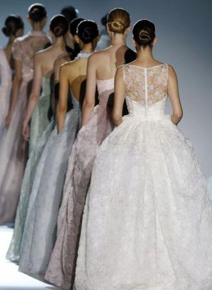 Desfile de trajes de novia de Rosa Clarà.