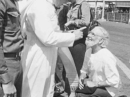 El papa Juan Pablo II reprende a Ernesto Cardenal ante Daniel Ortega, en Managua, el 4 de marzo de 1983.