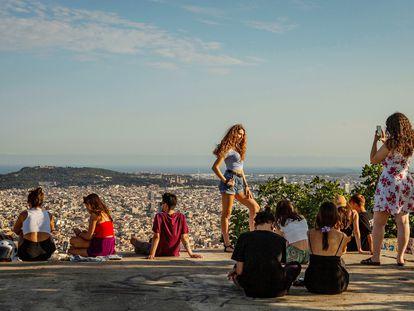 Grupos de jóvenes en Barcelona, el pasado mes de julio.