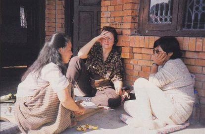 Una de las entrevistas del documental, la directora en el centro, en 1997.