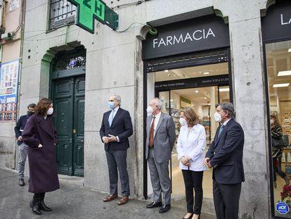 La presidenta de la Comunidad de Madrid, Isabel Díaz Ayuso, durante la visita este martes a la farmacia de Pilar Varela Gallego.