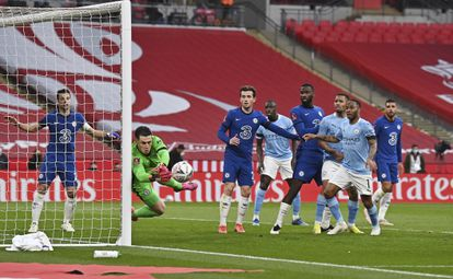 Kepa despeja un balón durante el Chelsea-City de la FA CUP.