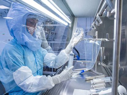 Un laboratorio en Alemania, experimentando con la vacuna contra la covid-19.